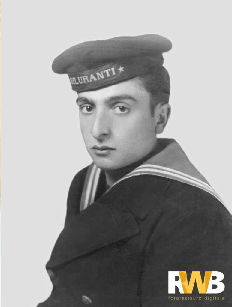 Foto restaurata che ritrae un giovane marinaio in divisa